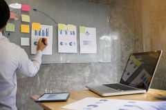 Biznesowego mężczyzna mówca daje rozmowa finanse zysku wykresu presenta Fotografia Stock