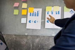 Biznesowego mężczyzna mówca daje rozmowa finanse zysku wykresu presenta Zdjęcia Stock