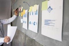 Biznesowego mężczyzna mówca daje rozmowa finanse zysku wykresu presenta Obrazy Stock
