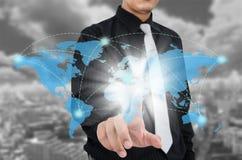 Biznesowego mężczyzna macanie na wirtualnej mapie z miasta tłem Zdjęcie Royalty Free