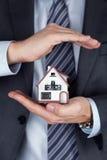 Biznesowego mężczyzna mienia domu model Obrazy Royalty Free