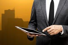 Biznesowego mężczyzna mienia komputerowej pastylki selekcyjna ostrość na wskazywać Zdjęcia Royalty Free