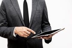 Biznesowego mężczyzna mienia komputerowej pastylki selekcyjna ostrość na wskazywać Obrazy Stock
