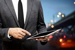 Biznesowego mężczyzna mienia komputerowej pastylki selekcyjna ostrość na wskazywać Zdjęcie Stock