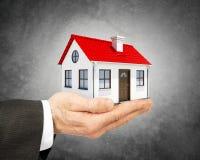 Biznesowego mężczyzna mienia modela dom Obraz Royalty Free