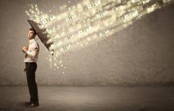 Biznesowego mężczyzna mienia parasol przeciw dolara deszczu pojęciu Obrazy Royalty Free