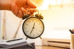 Biznesowego mężczyzna mienia zegar Zdjęcie Stock