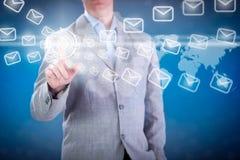 Biznesowego mężczyzna naciskowy e-mailowy guzik na cyfrowym wirtualnym ekranie zdjęcie royalty free