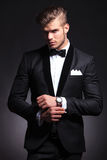 Biznesowego mężczyzna naprawiania cufflinks Zdjęcie Royalty Free