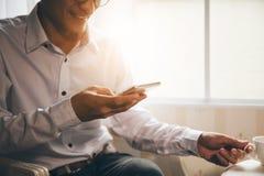 Biznesowego mężczyzna narodowości azjatykci obsiadanie przy kawowym biurkiem fotografia stock