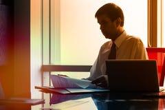 Biznesowego mężczyzna obsiadanie w Indiańskim drapacza chmur biurze fotografia royalty free