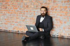 Biznesowego mężczyzna obsiadanie w nowej przesłance dla czynszu lub opróżnia pracy przestrzeń siedzieć w pustym biurowym działani Obrazy Royalty Free