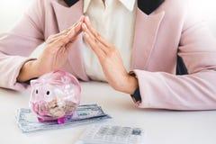 Biznesowego mężczyzna odliczający pieniądze przy stołem, księgowości pojęcie Obrazy Royalty Free