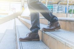 Biznesowego mężczyzna odprowadzenia puszek schody iść pracować obraz royalty free