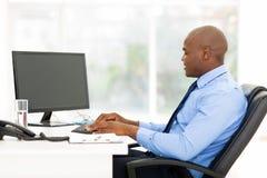 Biznesowego mężczyzna Pisać na maszynie zdjęcia royalty free