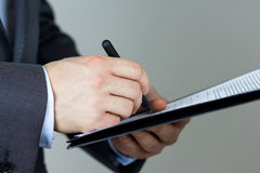 Biznesowego mężczyzna podpisywania dokumenty Obrazy Royalty Free