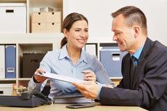 Biznesowego mężczyzna podpisywania kontrakt w biurze obraz royalty free