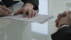 Biznesowego mężczyzna podpisywania zakupu kontrakt w negocjacja pokoju konferencyjnym, współpraca zbiory