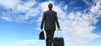 Biznesowego mężczyzna podróż z tramwajem chodzi niebo Zdjęcie Royalty Free