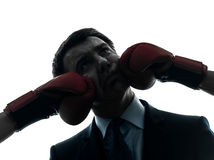 Biznesowego mężczyzna poncz bokserskich rękawiczek sylwetką Obraz Stock