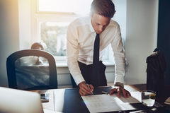 Biznesowego mężczyzna pozycja przy biurkiem obraz royalty free