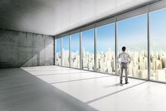 Biznesowego mężczyzna pozycja wśrodku budynku biurowego fotografia royalty free