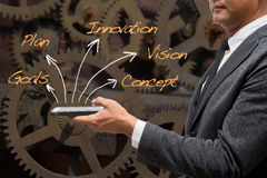 Biznesowego mężczyzna pozycja z przemysłowym maszynowym tłem i wor Zdjęcie Stock