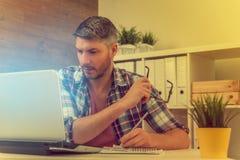 Biznesowego mężczyzna pracować kreatywnie zdjęcie stock