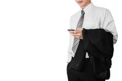 Biznesowego mężczyzna pracownik relaksuje w białej koszulce używać smartphone i trzymający czarnego kostium na jego ręce, odizolo Obrazy Stock