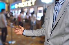 Biznesowego mężczyzna przedstawienia powitanie lub zaprasza gest na filmu bileta Syst Zdjęcia Royalty Free