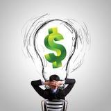 Biznesowego mężczyzna przyglądający pieniężny pomysł Zdjęcie Royalty Free