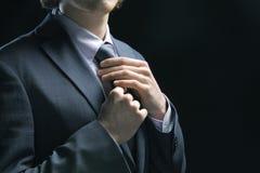 Biznesowego mężczyzna przystosowywa krawat zdjęcia royalty free