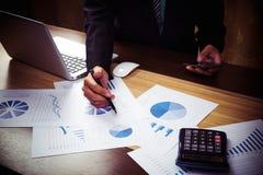 Biznesowego mężczyzna ręka pracuje na laptopie z cyfrową warstwą Zdjęcie Stock