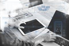 biznesowego mężczyzna ręka pracuje na pustego ekranu d i laptopie Zdjęcia Royalty Free