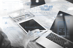 biznesowego mężczyzna ręka pracuje na pustego ekranu d i laptopie Zdjęcie Royalty Free