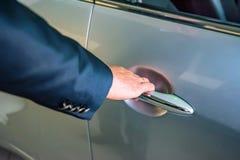 Biznesowego mężczyzna ręki mienia samochodu doorhandle Fotografia Stock
