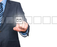 Biznesowego mężczyzna ręki odciskania poczta wirtualny guzik Obrazy Stock