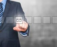 Biznesowego mężczyzna ręki odciskania poczta wirtualny guzik Obraz Royalty Free