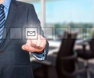 Biznesowego mężczyzna ręki odciskania poczta wirtualny guzik Obraz Stock