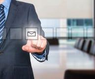Biznesowego mężczyzna ręki odciskania poczta wirtualny guzik Zdjęcia Stock