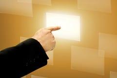 Biznesowego mężczyzna ręki pchnięcia Wirtualny pudełko Obrazy Stock