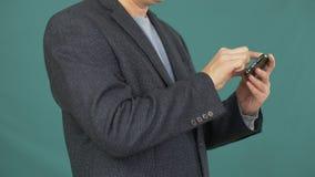 Biznesowego mężczyzna smartphone wzruszający ekran dla surfować internet na zielonym tle zbiory wideo