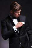 Biznesowego mężczyzna spojrzenia przy klatki piersiowej kieszenią Obraz Stock