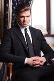 Biznesowego mężczyzna spojrzenia przy tobą od krzesła Obraz Stock