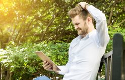Biznesowego mężczyzna szok po sprawdzać na pastylki pracie zdjęcia royalty free