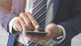 biznesowego mężczyzna telefon komórkowy używać fotografia stock
