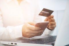 Biznesowego mężczyzna use telefon i trzymać kredytową kartę dla wynagrodzenia Mon Obrazy Royalty Free