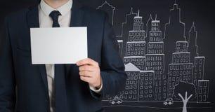 Biznesowego mężczyzna w połowie sekcja z kartą przeciw marynarki wojennej tłu z miasta doodle Zdjęcia Stock