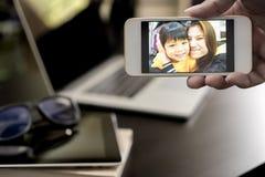 Biznesowego mężczyzna wideo dzwoni rodzina na mądrze telefonie fotografia royalty free