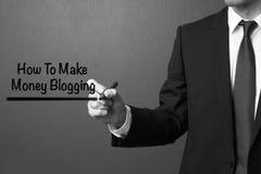 Biznesowego mężczyzna writing Dlaczego robić pieniądze blogging Zdjęcia Royalty Free